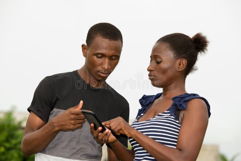 Retrato de pares africanos novos imagem de stock
