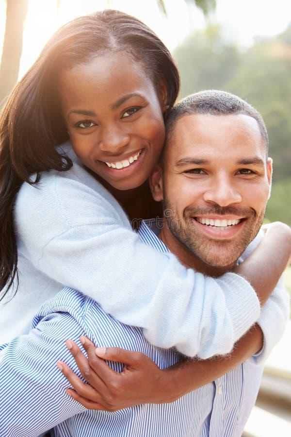 Retrato de pares afroamericanos cariñosos en campo imagen de archivo