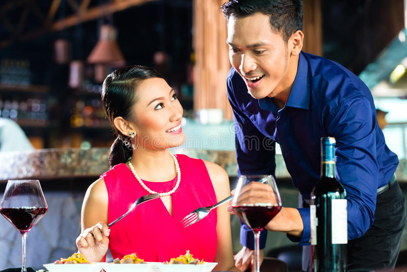 Retrato de pares asiáticos en restaurante fotografía de archivo libre de regalías