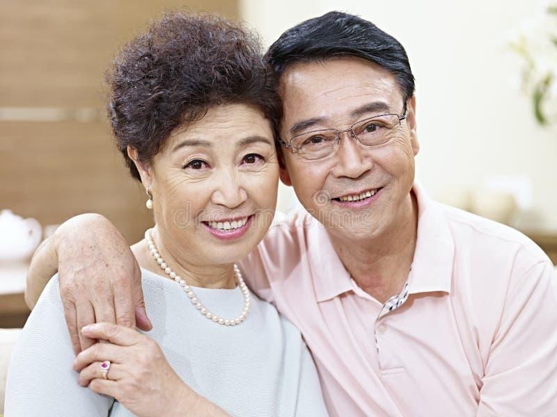 Retrato de pares asiáticos superiores imagem de stock