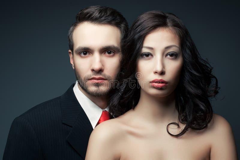 Retrato de pares atractivos, del hombre joven hermoso y de la presentación de la mujer foto de archivo