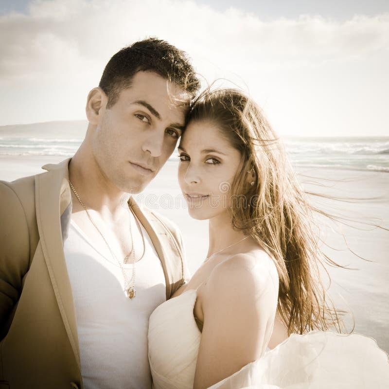 Retrato de pares bonitos novos fora na praia foto de stock royalty free