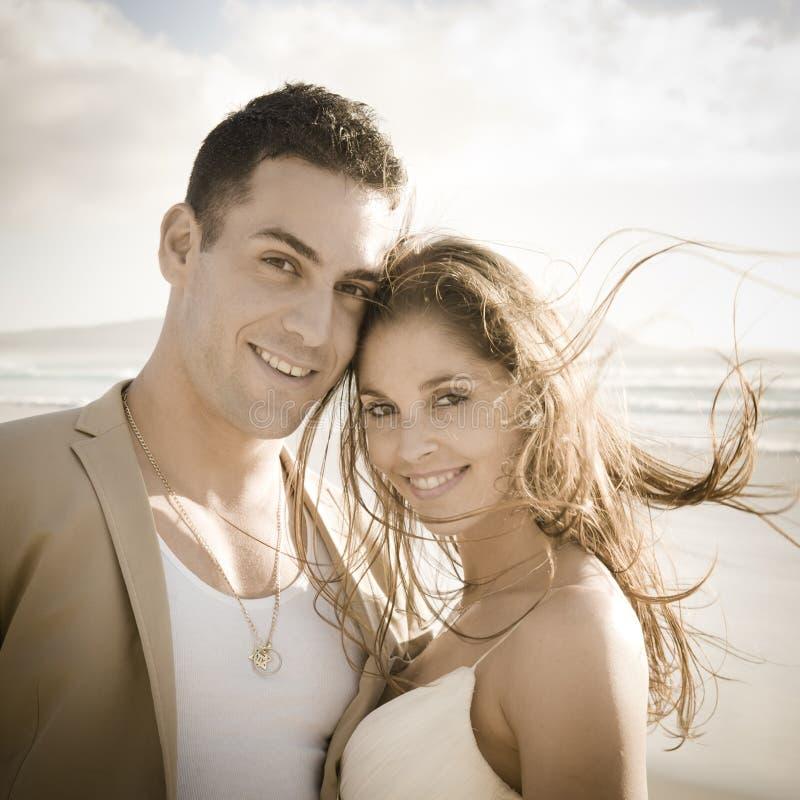 Retrato de pares bonitos novos fora na praia fotografia de stock royalty free