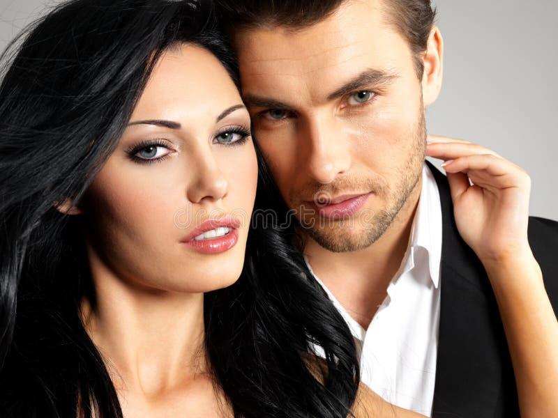Retrato de pares bonitos novos no amor imagem de stock