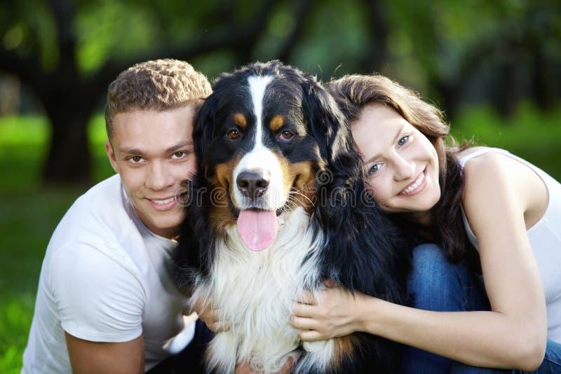 Retrato de pares con el perro fotos de archivo libres de regalías