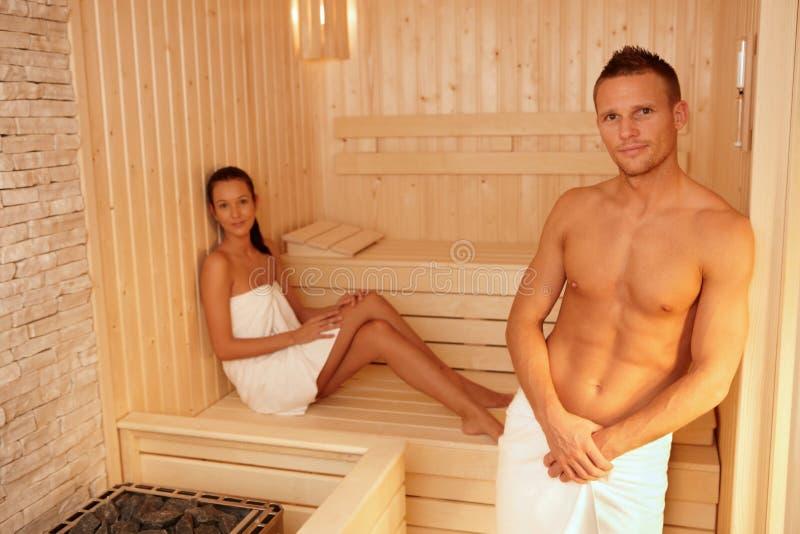 Retrato de pares en sauna foto de archivo libre de regalías