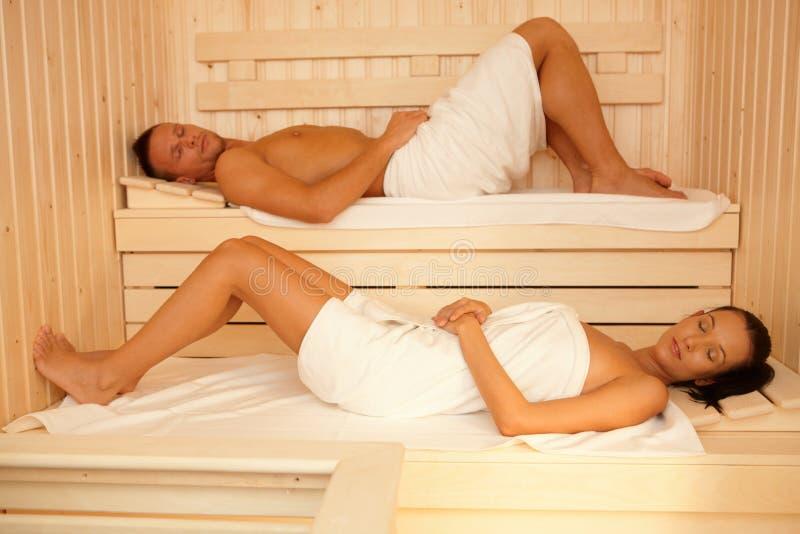 Retrato de pares en sauna imagen de archivo