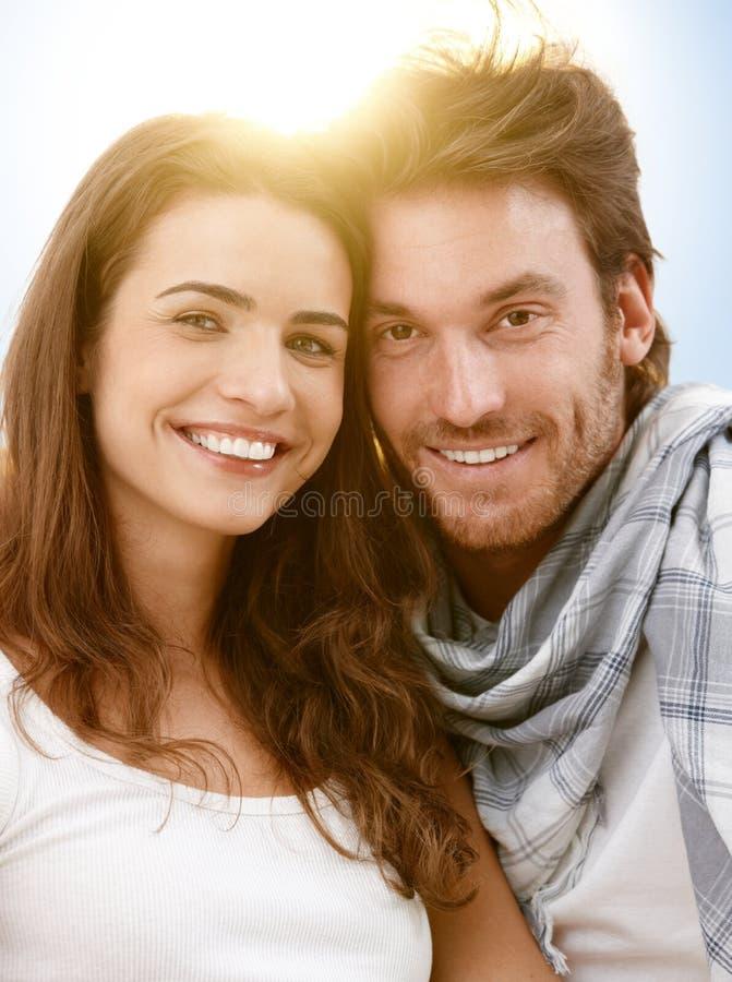 Retrato de pares felices en luz del sol del verano imagenes de archivo