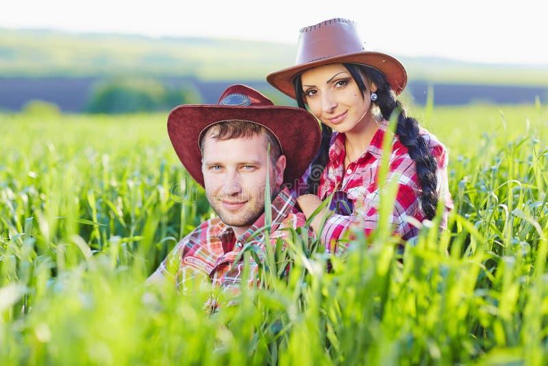 Retrato de pares felices un estilo occidental en naturaleza imagenes de archivo