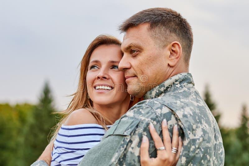 Retrato de pares felizes com soldado fotografia de stock royalty free