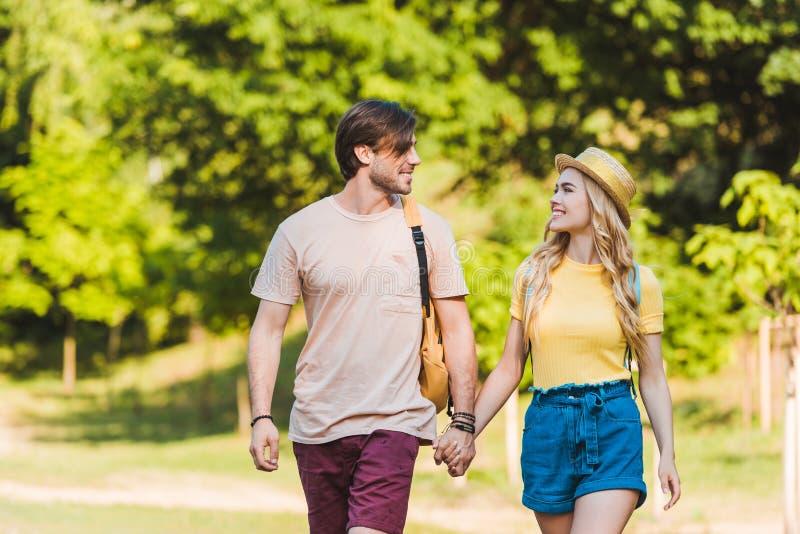 retrato de pares felizes no amor que anda no verão imagens de stock royalty free