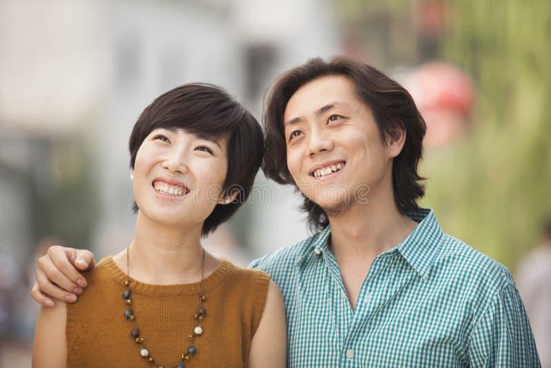 Retrato de pares jovenes felices en Nanluoguxiang, Pekín, China imagenes de archivo