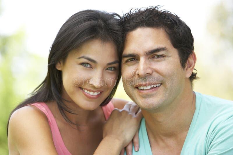 Retrato de pares latino-americanos novos no parque foto de stock royalty free