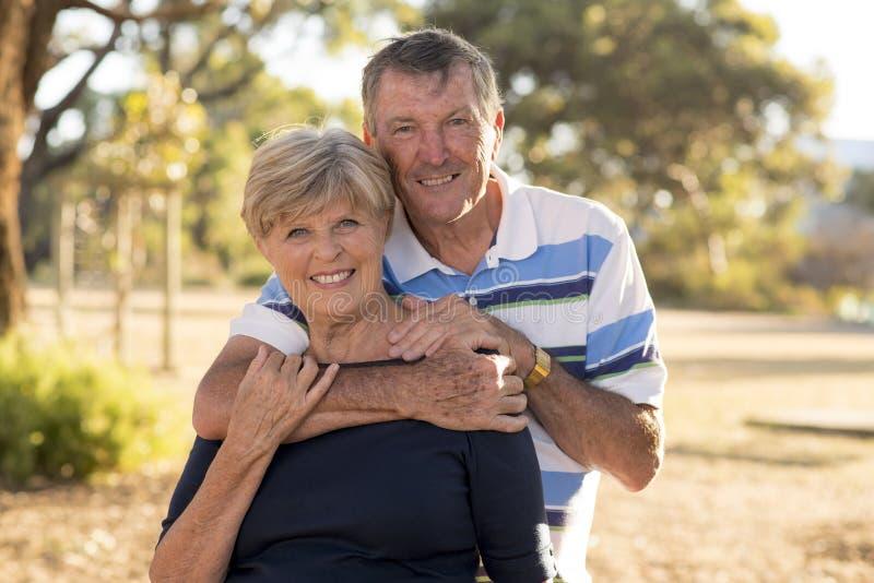 Retrato de pares maduros bonitos e felizes superiores americanos ao redor 70 anos de amor velho e afeição mostrando que sorriem j fotografia de stock