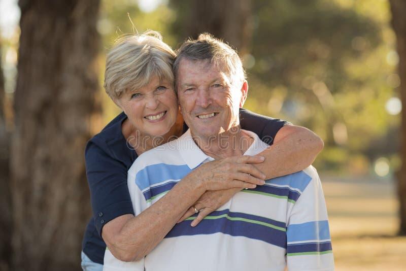 Retrato de pares maduros bonitos e felizes superiores americanos ao redor 70 anos de amor velho e afeição mostrando que sorriem j imagem de stock royalty free