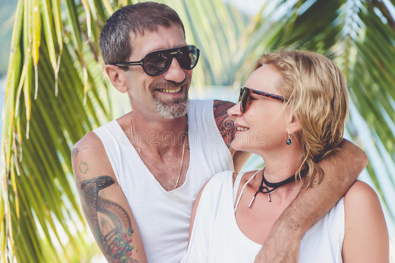 Retrato de pares maduros felizes na praia imagem de stock