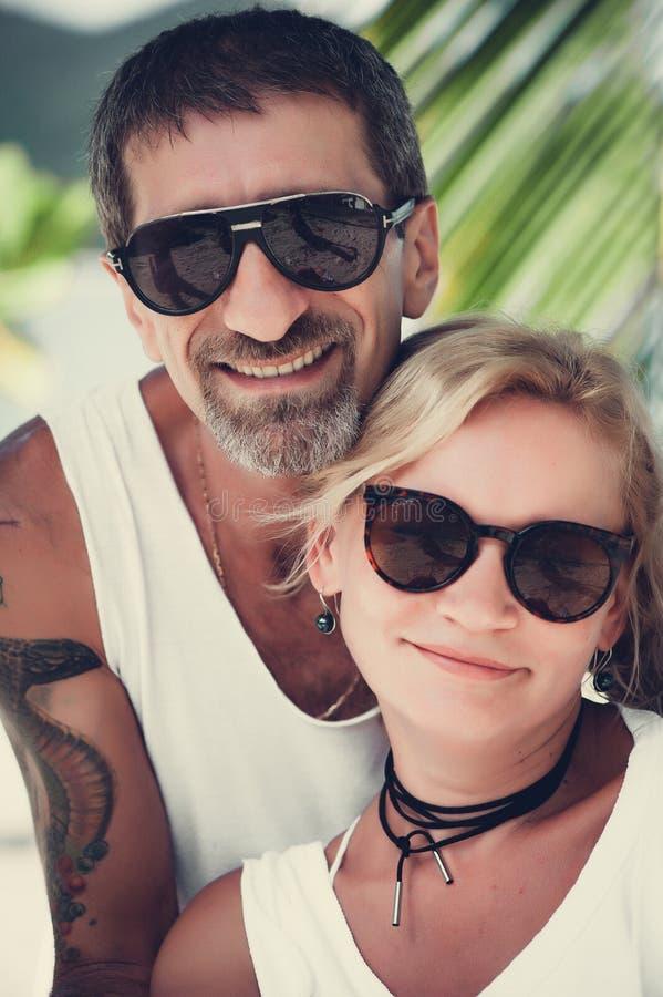 Retrato de pares maduros felizes na praia imagens de stock