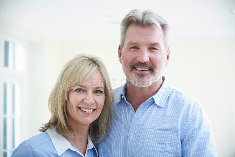 Retrato de pares maduros loving em casa imagem de stock