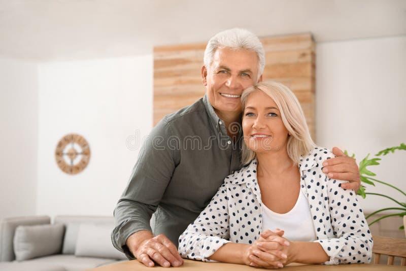 Retrato de pares mayores cariñosos en casa imagen de archivo