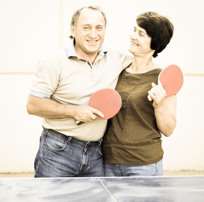 Retrato de pares mayores con las estafas para los tenis de mesa fotos de archivo libres de regalías