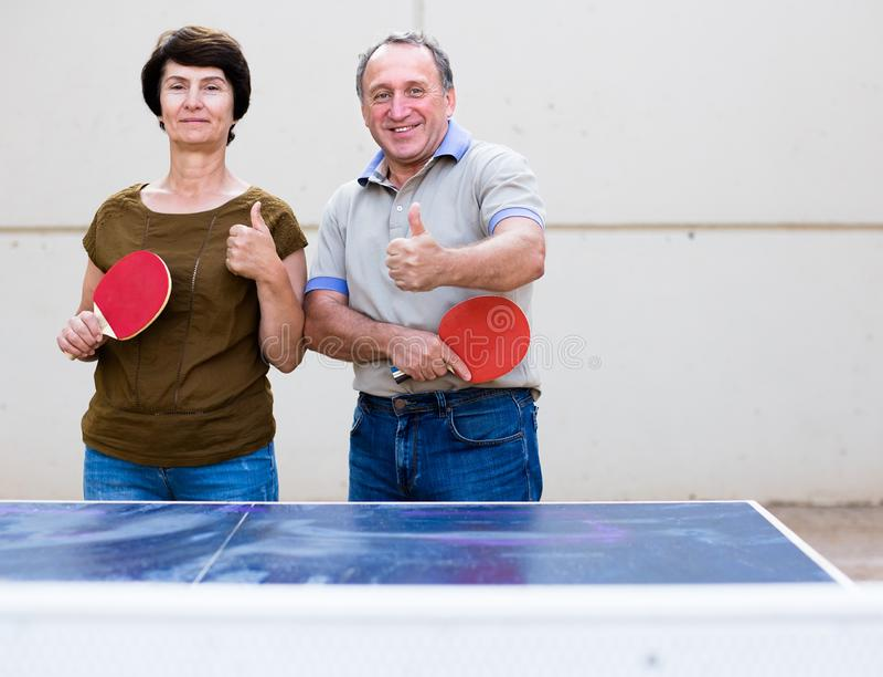 Retrato de pares mayores con las estafas para los tenis de mesa imagenes de archivo