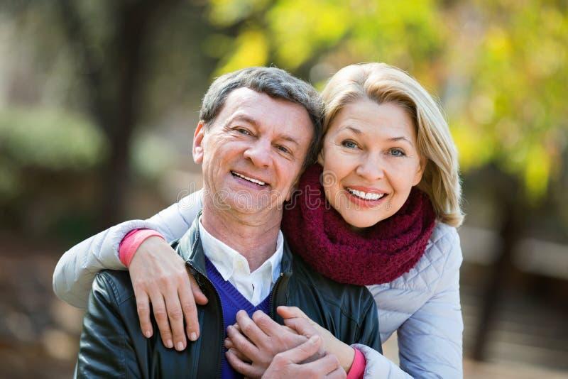 Retrato de pares mayores encantadores felices imagenes de archivo