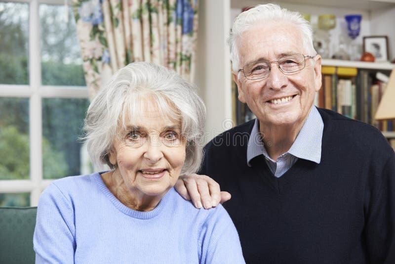 Retrato de pares mayores felices en casa junto fotografía de archivo libre de regalías