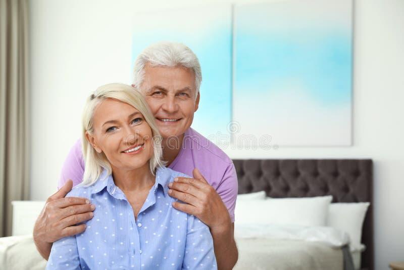 Retrato de pares mayores felices en el pa?s Espacio para foto de archivo