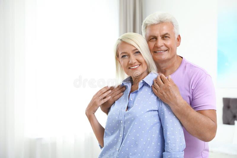 Retrato de pares mayores felices en el pa?s Espacio para foto de archivo libre de regalías