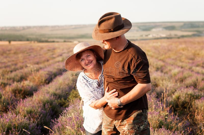 Retrato de pares mayores felices en un campo de la lavanda fotografía de archivo