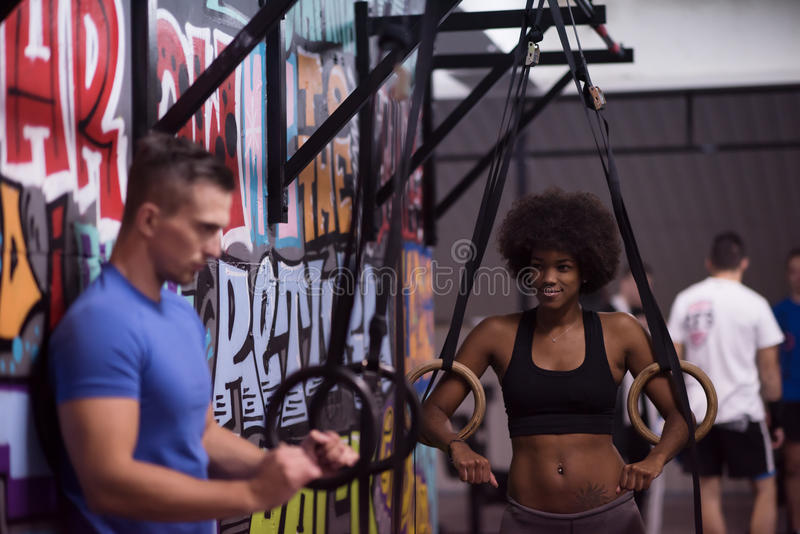 Retrato de pares multiétnicos después del entrenamiento en el gimnasio imagen de archivo libre de regalías