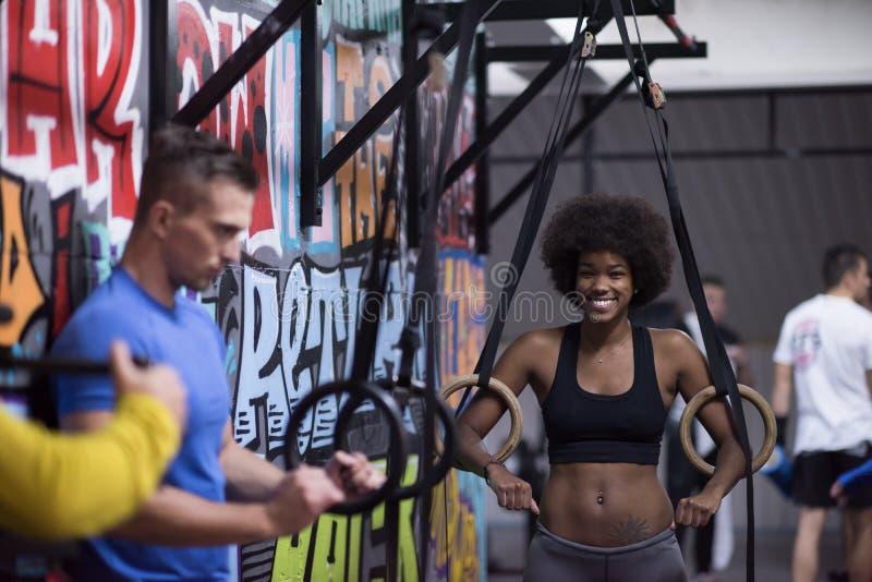Retrato de pares multiétnicos después del entrenamiento en el gimnasio fotos de archivo libres de regalías