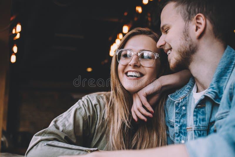 Retrato de pares novos bonitos no amor em uma cafetaria imagens de stock