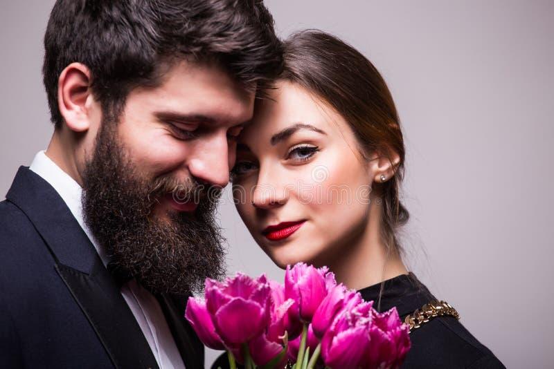 Retrato de pares novos com tulipas do lila imagens de stock royalty free