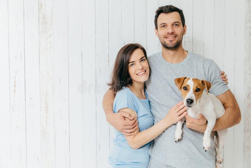Retrato de pares novos da família para abraçar-se e guardar o thei fotos de stock