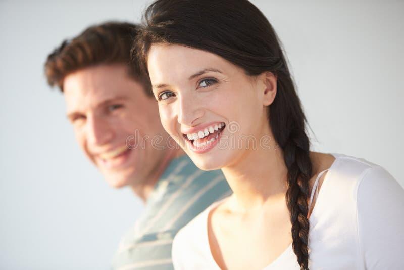 Retrato de pares novos de sorriso fotografia de stock royalty free