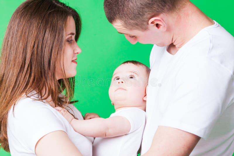 Retrato de pares novos e de seu bebê bonito imagem de stock royalty free