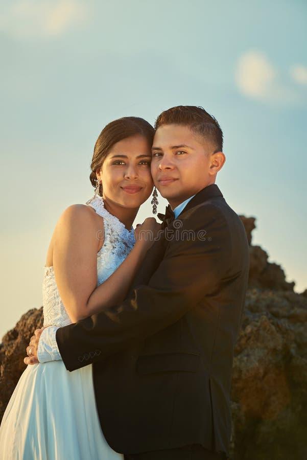Retrato de pares novos felizes do casamento fotos de stock
