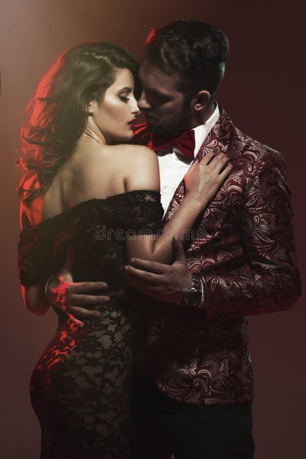 Retrato de pares novos no amor foto de stock royalty free