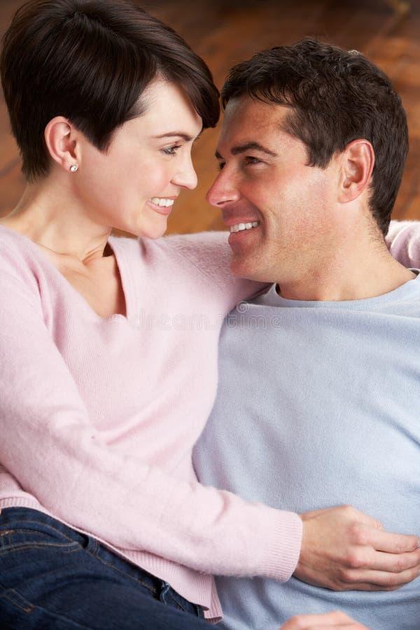 Retrato de pares novos românticos imagens de stock royalty free