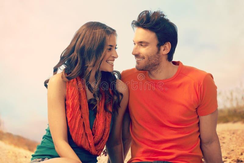 Retrato de pares novos românticos na praia exterior fotos de stock royalty free