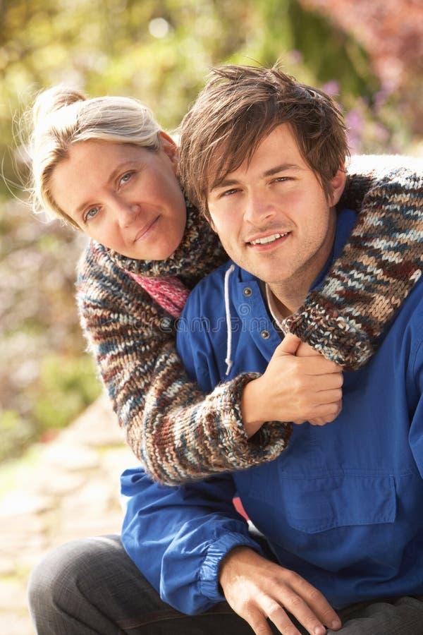 Retrato de pares novos românticos no parque do outono imagem de stock