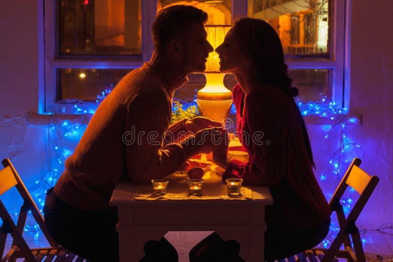 Retrato de pares románticos en el día de tarjeta del día de San Valentín imágenes de archivo libres de regalías