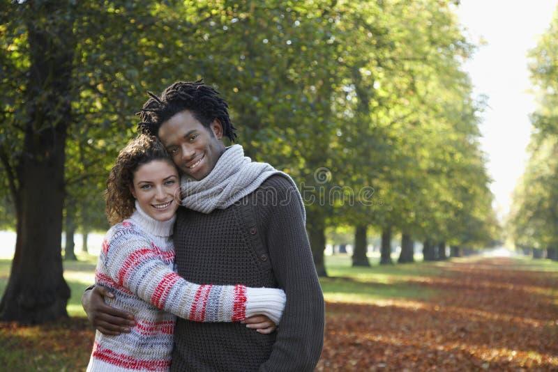 Retrato de pares románticos en parque imagenes de archivo