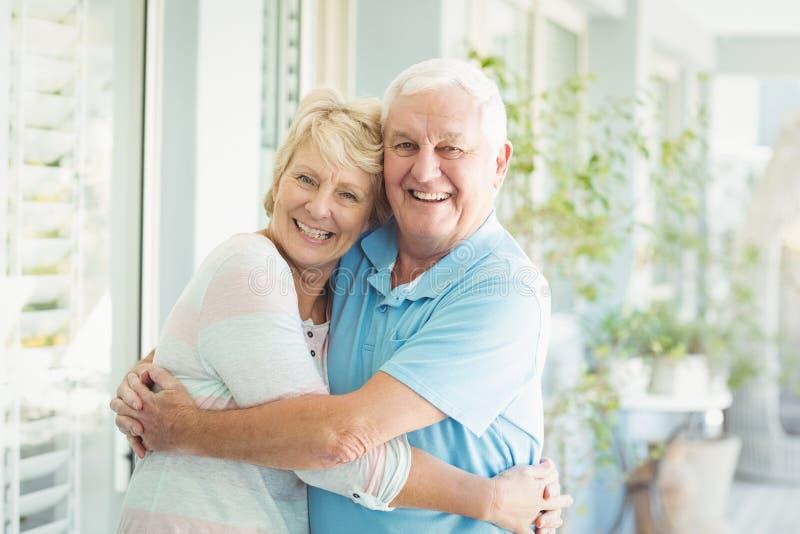 Retrato de pares sênior felizes em casa fotos de stock royalty free
