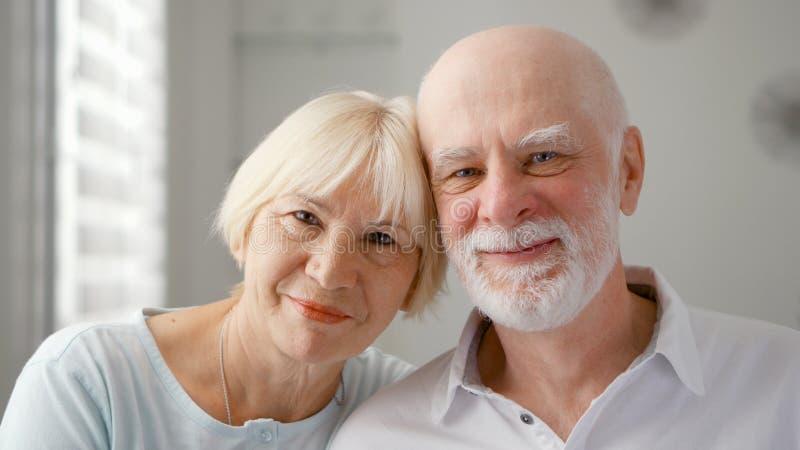 Retrato de pares sênior felizes em casa Momento emocional Família feliz que aprecia o tempo junto imagem de stock