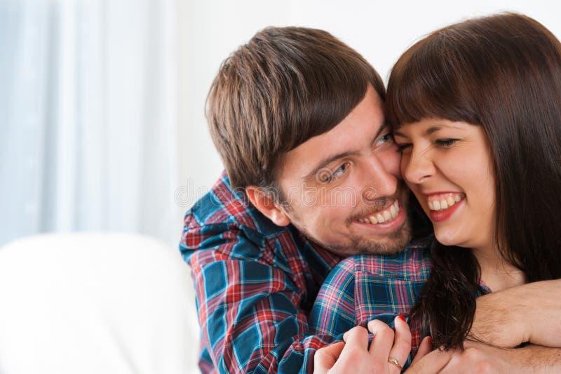 Retrato de pares sonrientes jovenes en amor. Abrazo del hombre su girlfr fotos de archivo