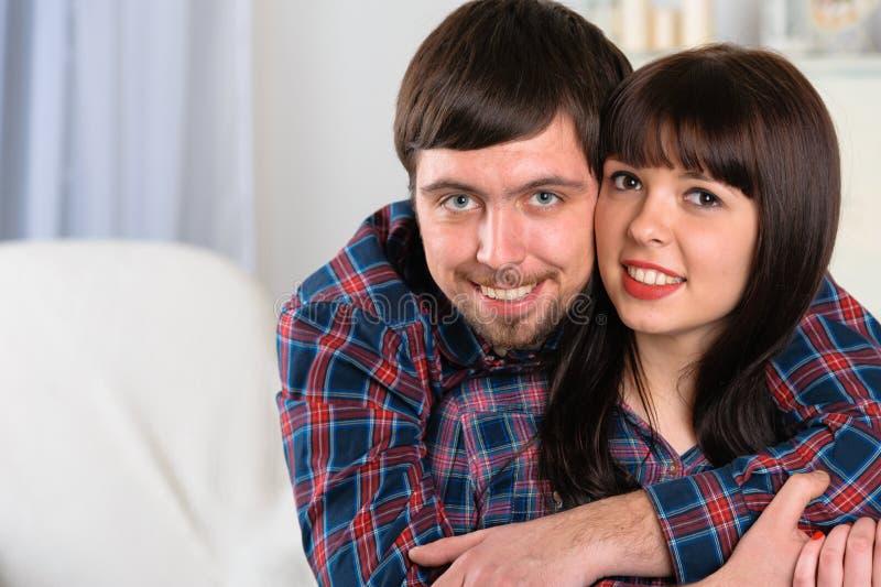 Retrato de pares sonrientes jovenes en casa foto de archivo libre de regalías
