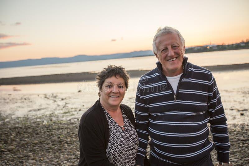 Retrato de pares superiores loving na praia fotografia de stock