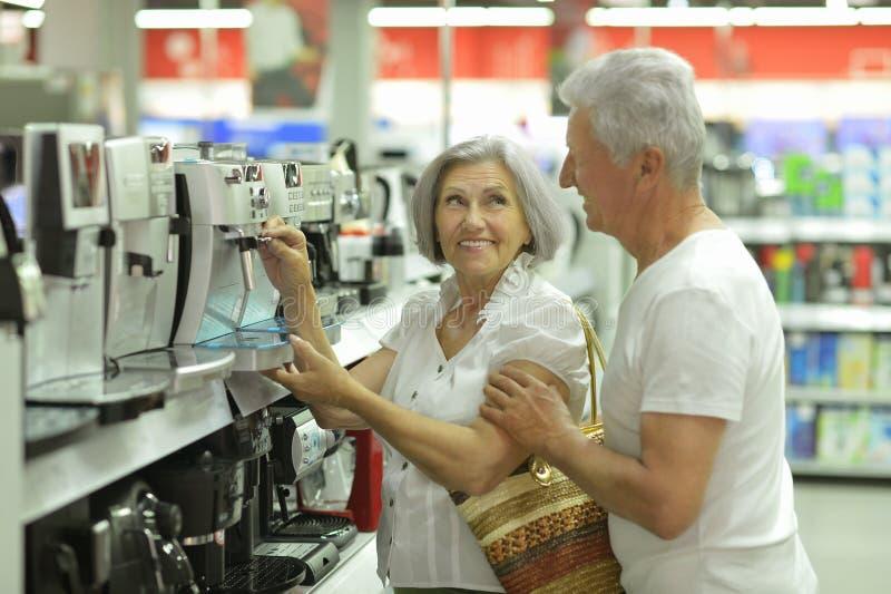 Retrato de pares superiores no shopping imagens de stock royalty free